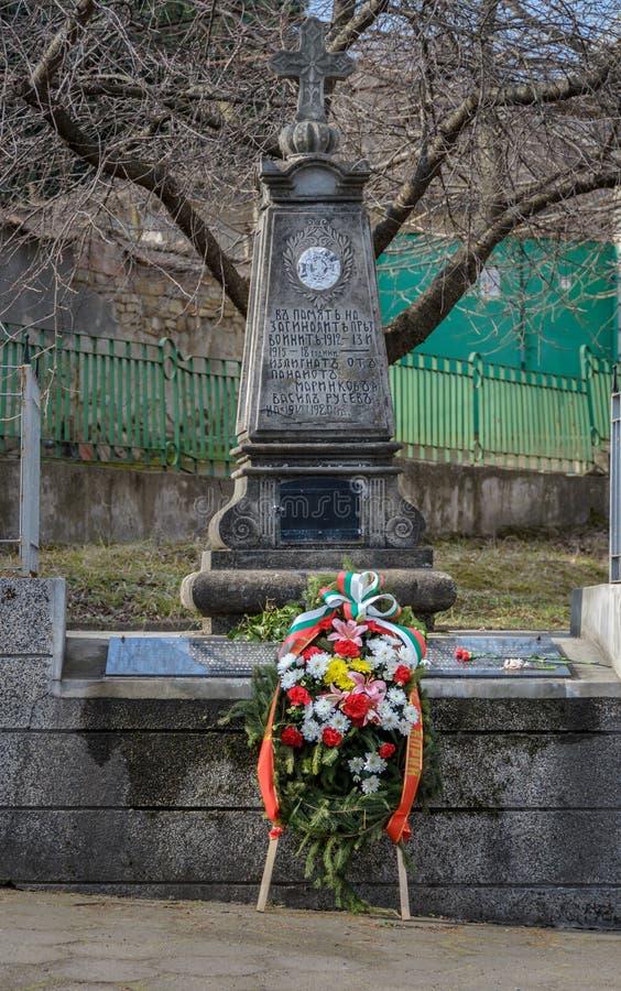 Guirnalda de flores en el cenotafio fotos de archivo
