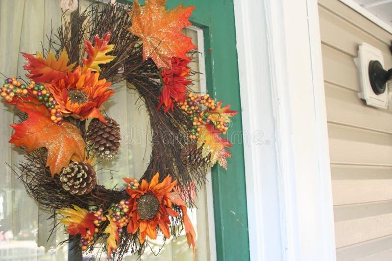 Guirnalda de la caída en la puerta de un hogar feliz foto de archivo libre de regalías