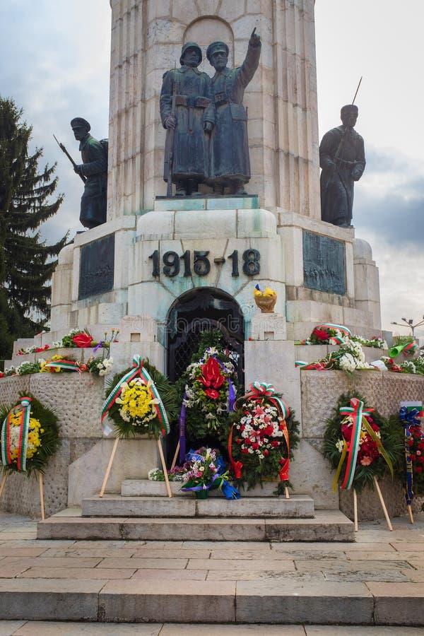 Guirnalda de la estatua de Bulgaria del atMother de las flores imágenes de archivo libres de regalías
