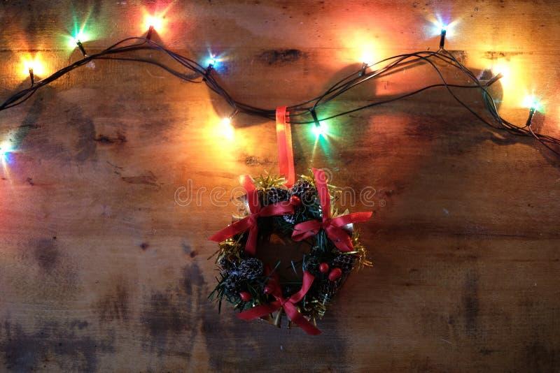 Guirnalda de la Feliz Navidad y de la Feliz Año Nuevo, de la Navidad y luces fotografía de archivo
