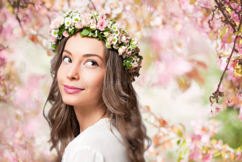Guirnalda de la flor de la primavera de la mujer que lleva morena magnífica fotografía de archivo