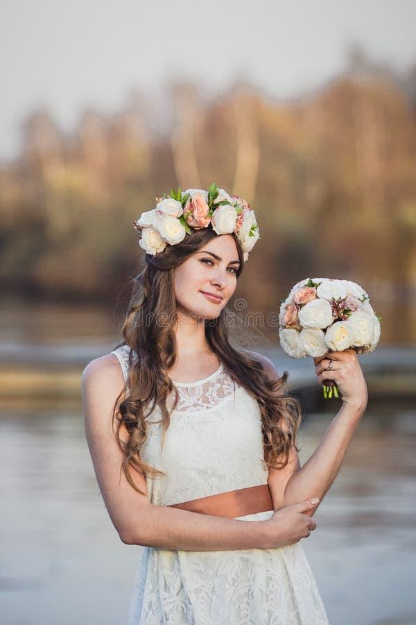 Guirnalda de la muchacha y de la flor fotografía de archivo