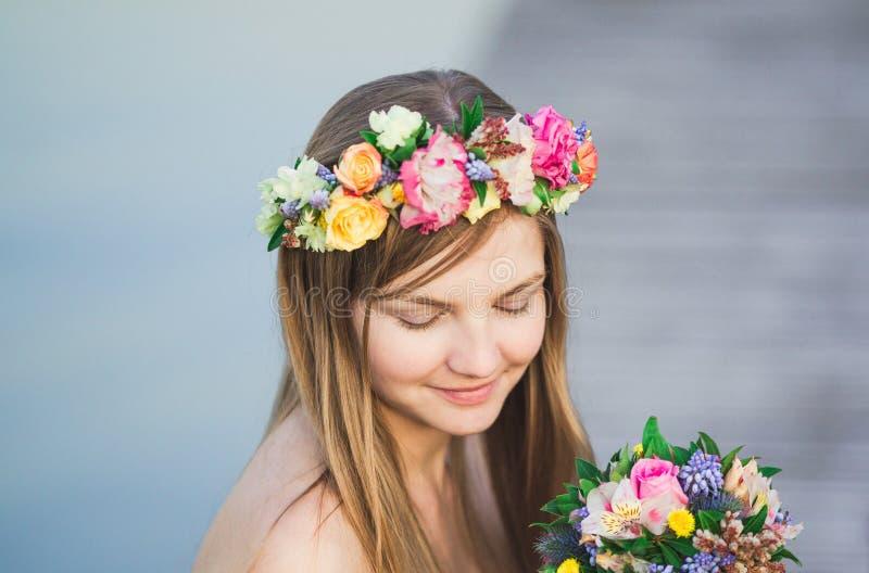 Guirnalda de la muchacha y de la flor foto de archivo
