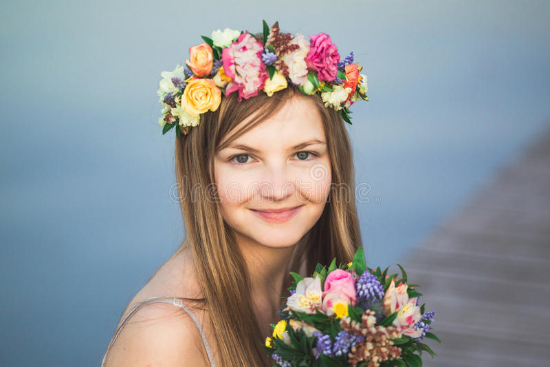 Guirnalda de la muchacha y de la flor imagenes de archivo