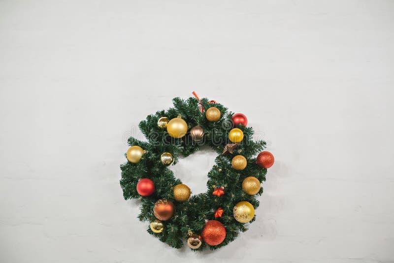 Guirnalda de la Navidad adornada con las bolas coloridas fotografía de archivo libre de regalías