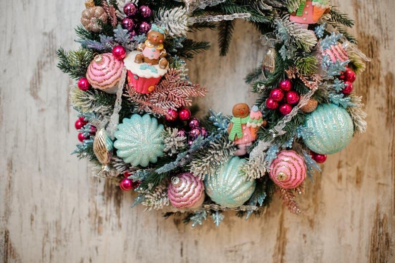Guirnalda de la Navidad adornada con rosa y los juguetes azules fotos de archivo libres de regalías