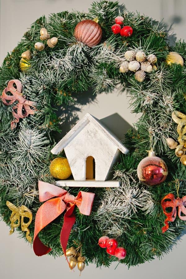 Guirnalda de la Navidad adornada con una casa del juguete imagen de archivo