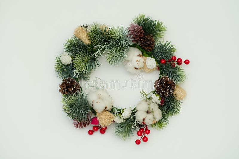 Guirnalda de la Navidad aislada en el fondo blanco fotografía de archivo