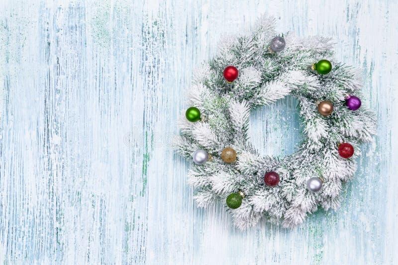 Guirnalda de la Navidad blanca con los ornamentos de la Navidad en b de madera azul imágenes de archivo libres de regalías