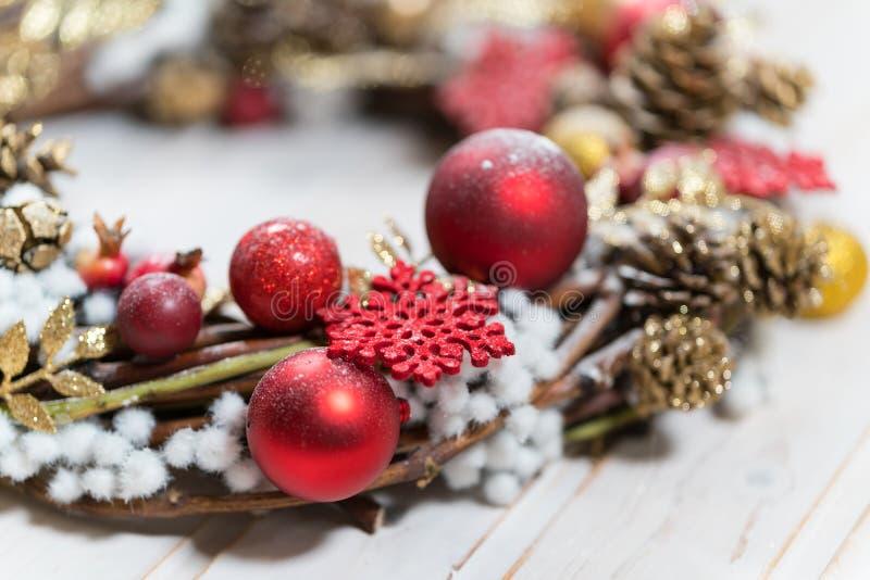 Guirnalda de la Navidad con las decoraciones fotos de archivo