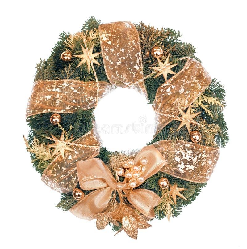 Guirnalda de la Navidad con las decoraciones de oro en el fondo blanco imagenes de archivo