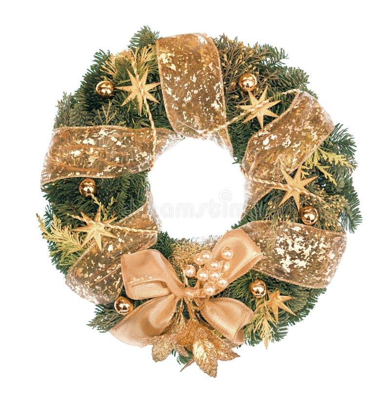 Guirnalda de la Navidad con las decoraciones de oro en el fondo blanco imágenes de archivo libres de regalías