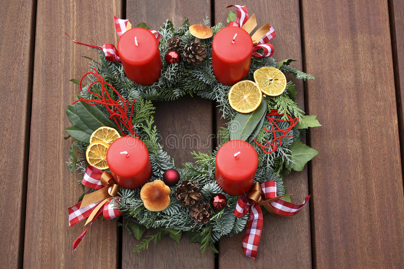 Guirnalda de la Navidad con las velas rojas imagenes de archivo