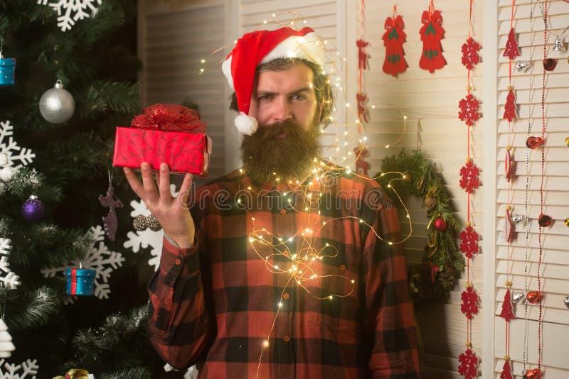 Guirnalda de la Navidad en la cara del hombre con la barba, Año Nuevo fotografía de archivo libre de regalías