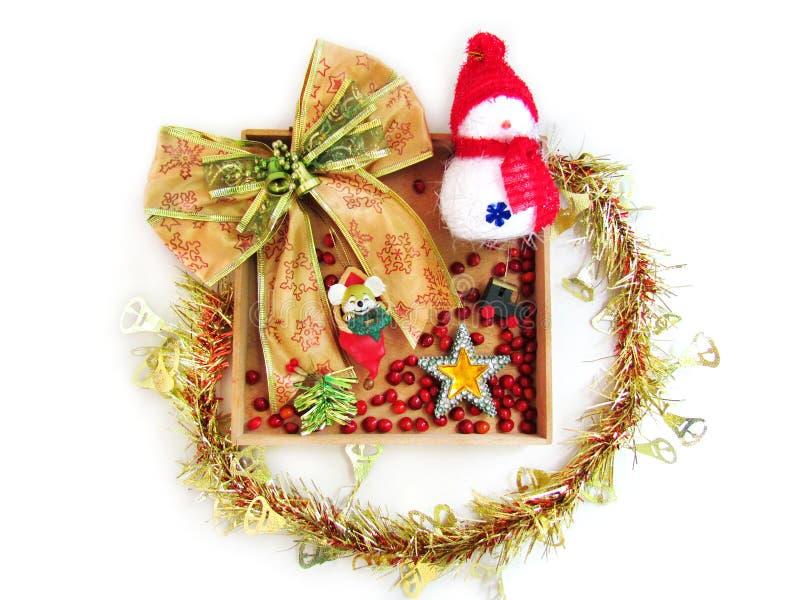 Guirnalda de la Navidad en el fondo blanco Cinta del oro y un decorati fotos de archivo