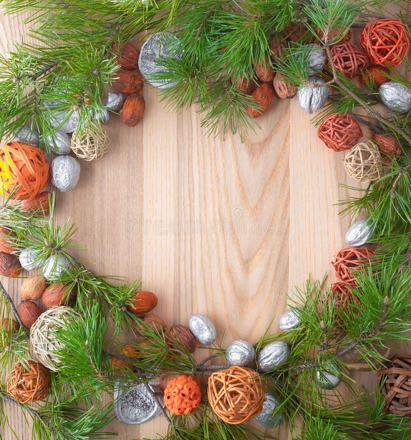 Guirnalda de la Navidad en fondo de madera en un marco imagen de archivo libre de regalías