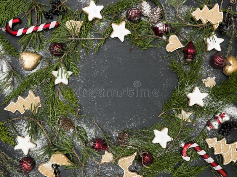 Guirnalda de la Navidad en fondo negro con los artículos foto de archivo libre de regalías
