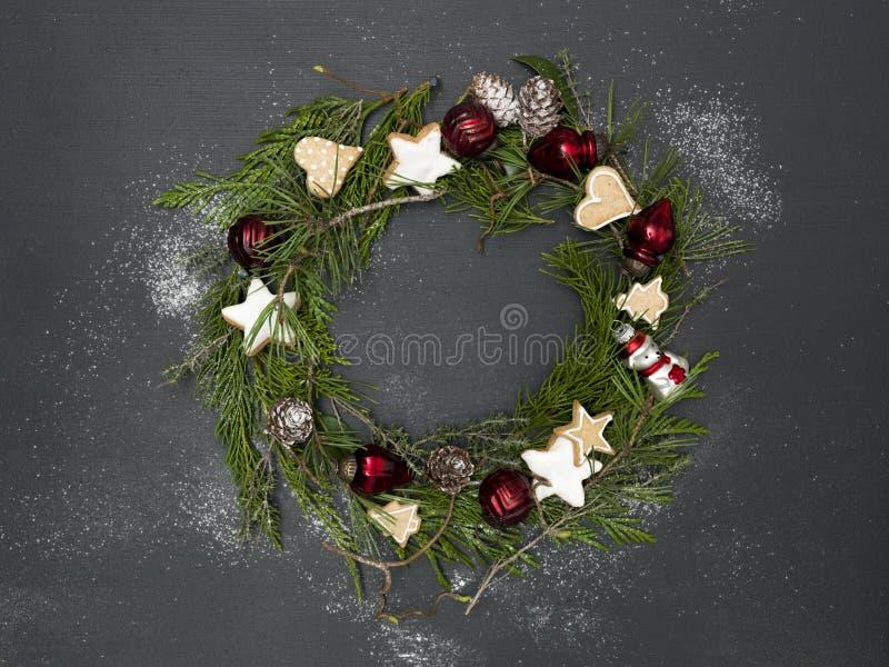 Guirnalda de la Navidad en fondo negro con los artículos foto de archivo