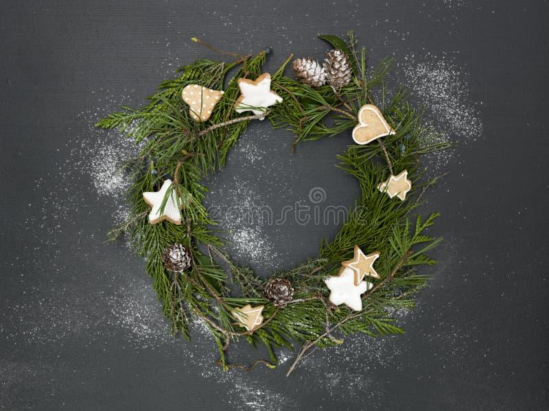 Guirnalda de la Navidad en fondo negro con los artículos fotografía de archivo libre de regalías