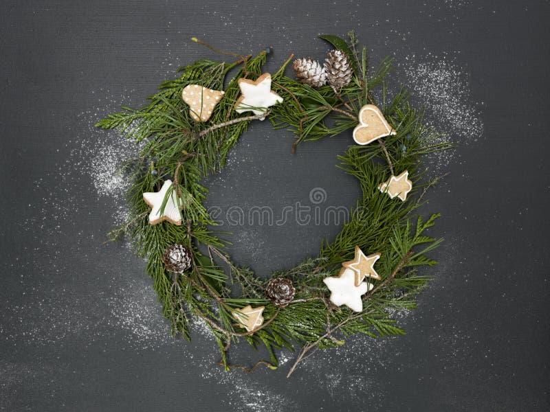Guirnalda de la Navidad en fondo negro con los artículos fotos de archivo libres de regalías