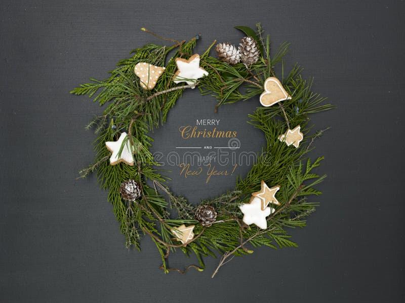 Guirnalda de la Navidad en fondo negro con muchos diversos artículos imágenes de archivo libres de regalías