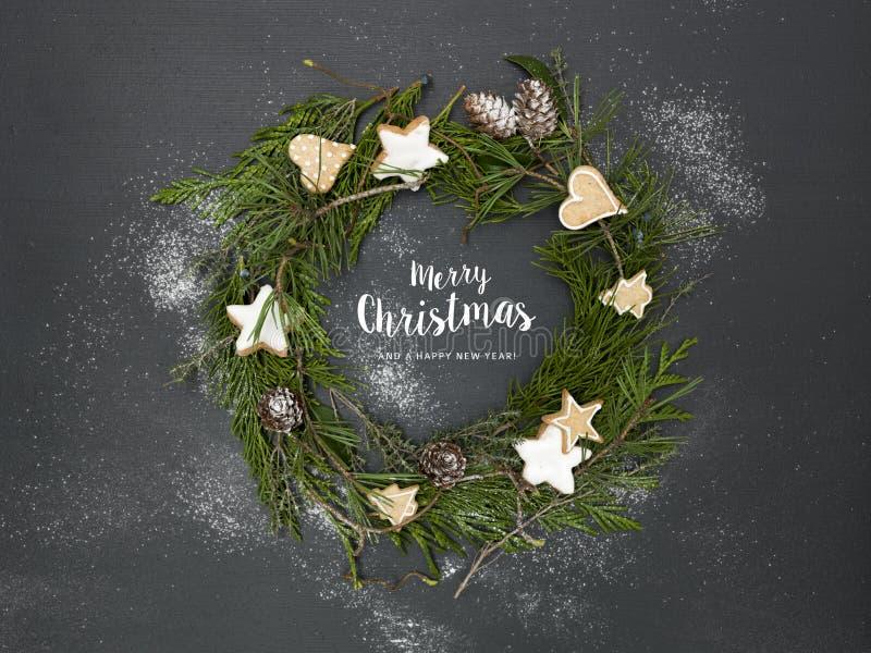 Guirnalda de la Navidad en fondo negro con muchos diversos artículos imagen de archivo
