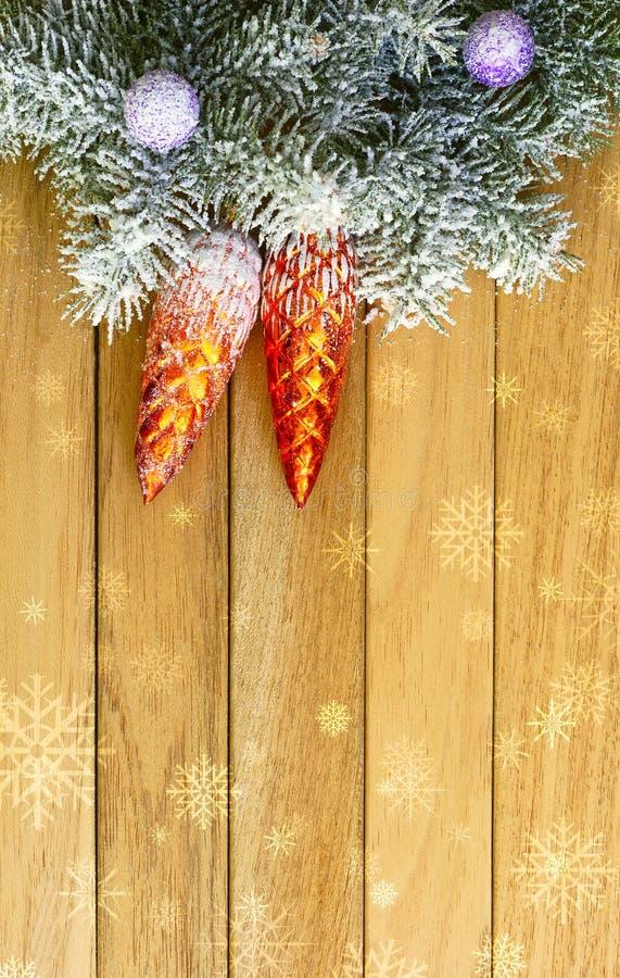 Guirnalda de la Navidad en los tableros del dnrevyannyh del fondo fotografía de archivo