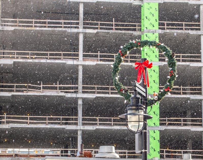 Guirnalda de la Navidad en polo ligero delante del edificio bajo construcción imágenes de archivo libres de regalías