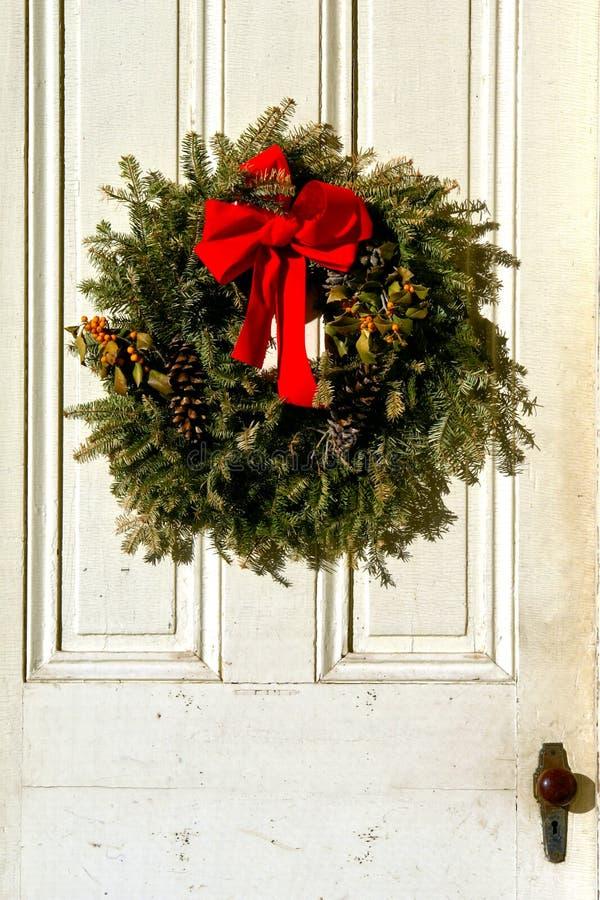 Guirnalda de la Navidad en puerta antigua foto de archivo