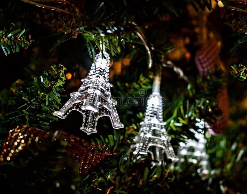 Guirnalda de la Navidad en torres Eiffel de un árbol de navidad imagen de archivo libre de regalías