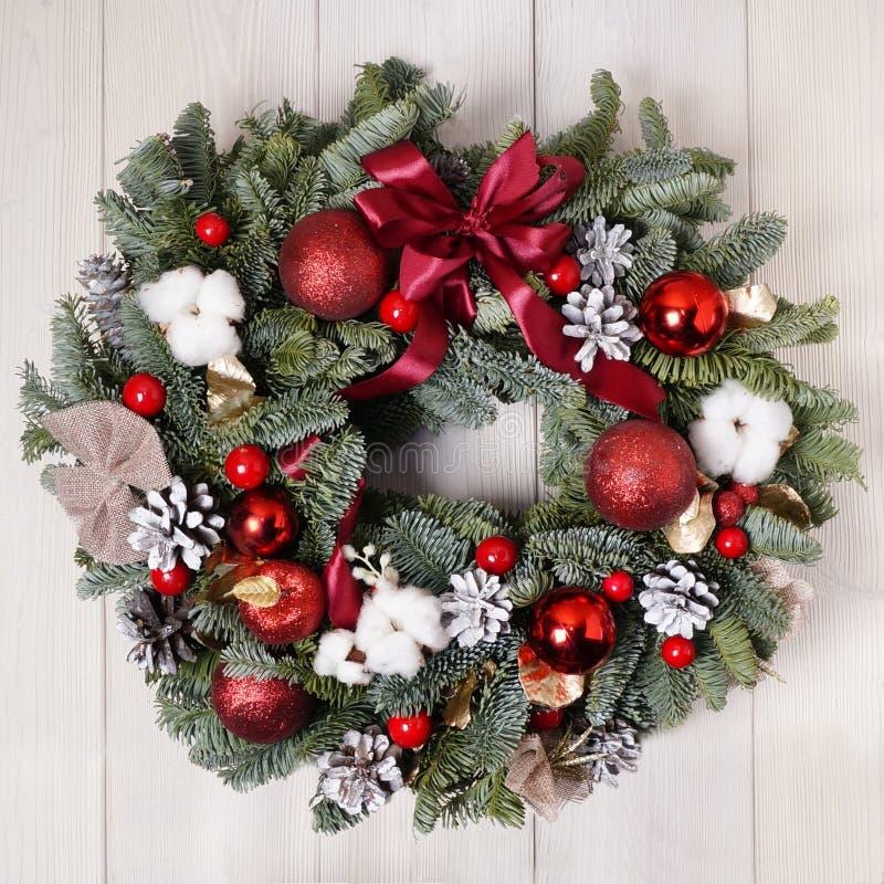 Guirnalda de la Navidad hecha a mano en un fondo de madera La decoración interior del año imágenes de archivo libres de regalías