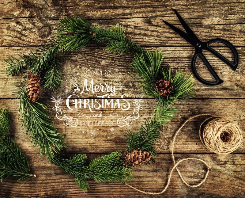 Guirnalda de la Navidad de las ramas, de los conos, de las tijeras y de la madeja del abeto del yute en fondo de madera oscuro Te stock de ilustración