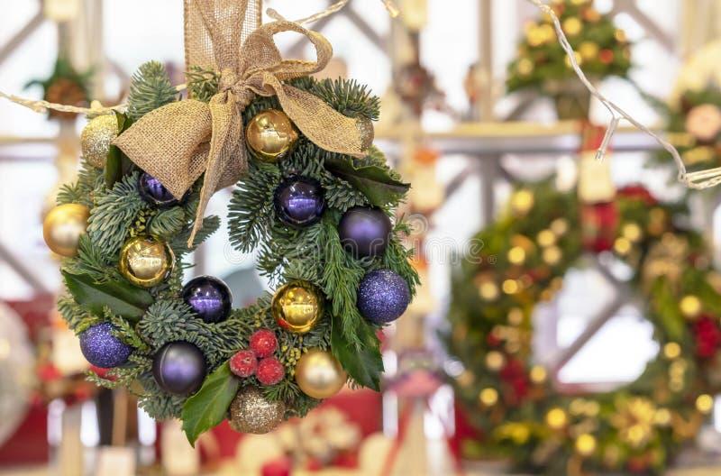 Guirnalda de la Navidad de la picea, de la púrpura y de las bolas del oro imagen de archivo libre de regalías