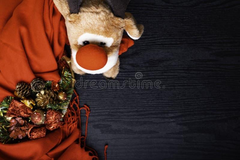 Guirnalda de la Navidad, tela escocesa roja, ardilla de los ciervos del juguete en un fondo negro foto de archivo libre de regalías