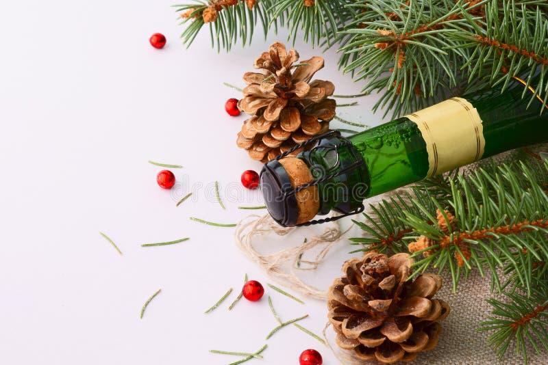 Guirnalda de la Navidad y una botella de champán imagenes de archivo