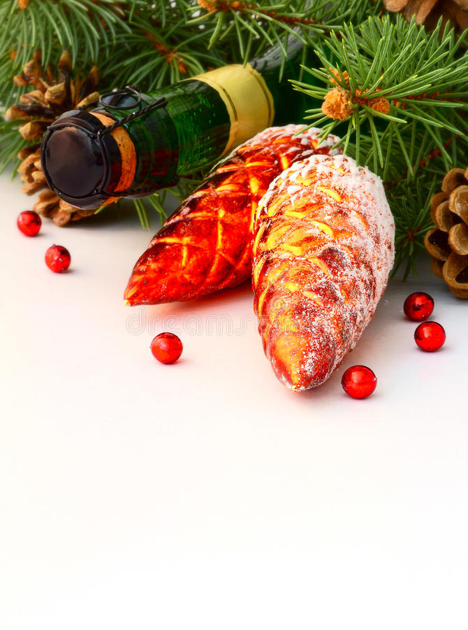 Guirnalda de la Navidad y una botella de champán imagen de archivo libre de regalías