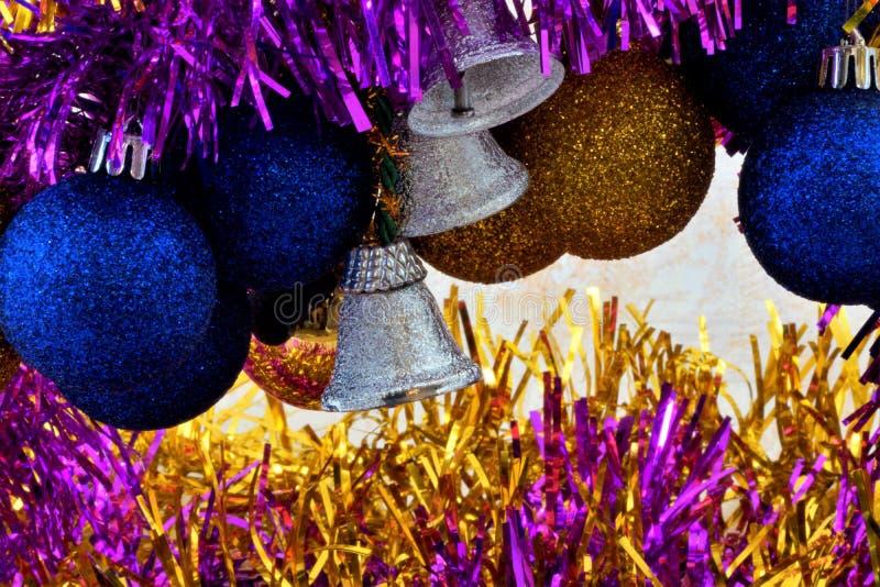 Guirnalda de las bolas del Año Nuevo de la Navidad de los regalos de la diversión del día de fiesta fotos de archivo libres de regalías