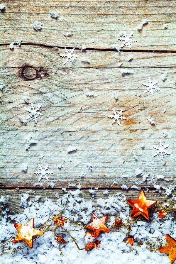Guirnalda de las estrellas de la Navidad con los copos de nieve imagenes de archivo