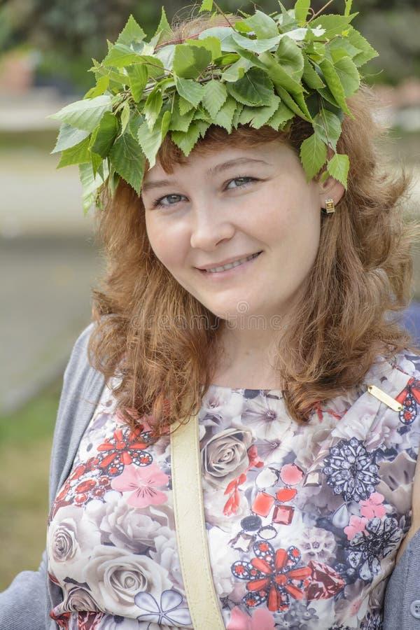 Guirnalda de las hojas de la mujer imágenes de archivo libres de regalías