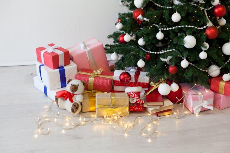 Guirnalda de las luces de los juguetes de los regalos de la decoración de la Navidad del fondo de la Navidad imágenes de archivo libres de regalías