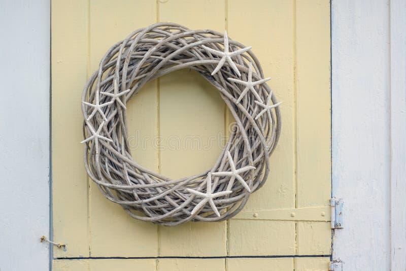 Guirnalda de madera hecha en casa de la vid con la ejecución de los pescados de la estrella en un nuevo Englan fotos de archivo