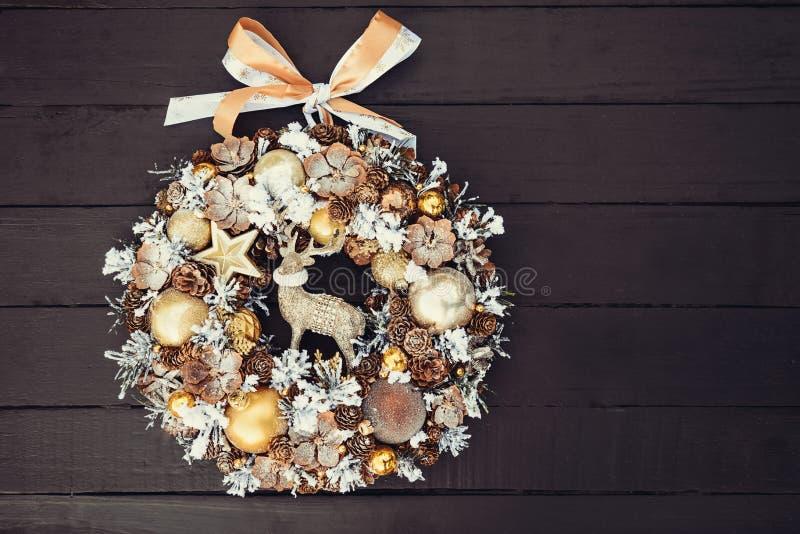 Guirnalda de oro hecha a mano hermosa de la Navidad de la visión superior adornada con los conos del pino, ornamentals, ramas de  fotos de archivo