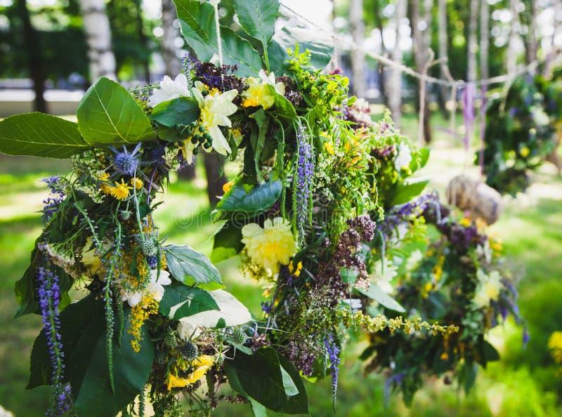 Guirnalda de wildflowers y de hojas fotos de archivo libres de regalías