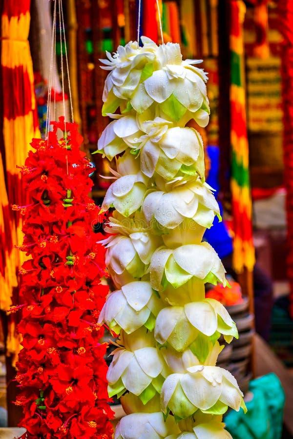 Guirnalda decorativa de la ejecución con la flor blanca y roja Concepto de las ramas y de las decoraciones de árbol de navidad imagen de archivo libre de regalías