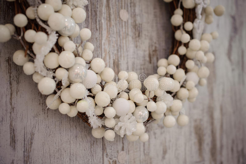 Guirnalda decorativa de la Navidad blanca sobre fondo de madera fotografía de archivo libre de regalías