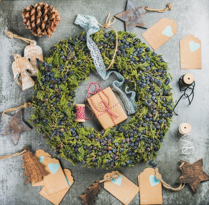 Guirnalda decorativa de la Navidad, juguetes de madera, presentes, materiales para hacer la decoración fotografía de archivo libre de regalías