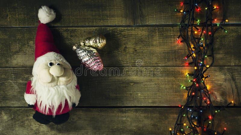 Guirnalda del árbol de navidad que brilla intensamente con los presentes foto de archivo libre de regalías