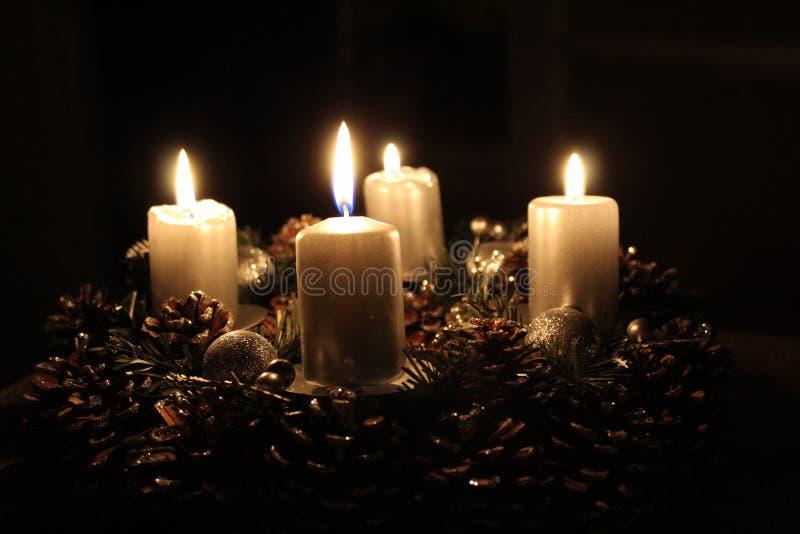 Guirnalda del advenimiento con cuatro velas encendidas fotografía de archivo libre de regalías