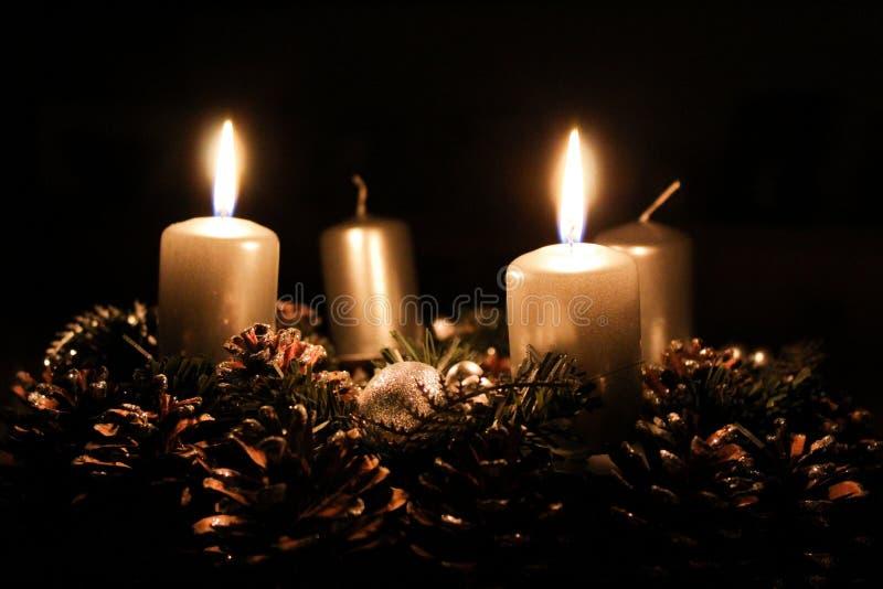 Guirnalda del advenimiento con dos velas encendidas fotografía de archivo