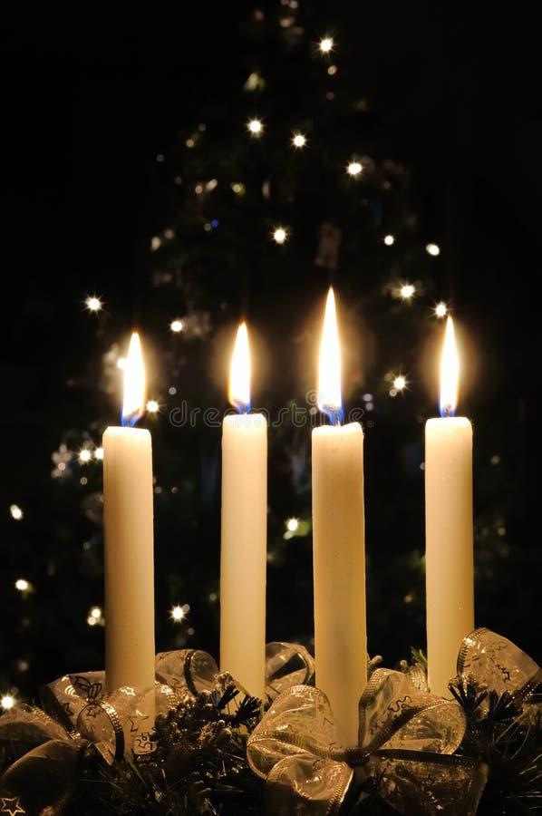Guirnalda del advenimiento de la Navidad con las velas ardientes imagen de archivo libre de regalías